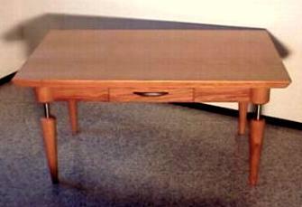 Holztisch mit Edelstahl
