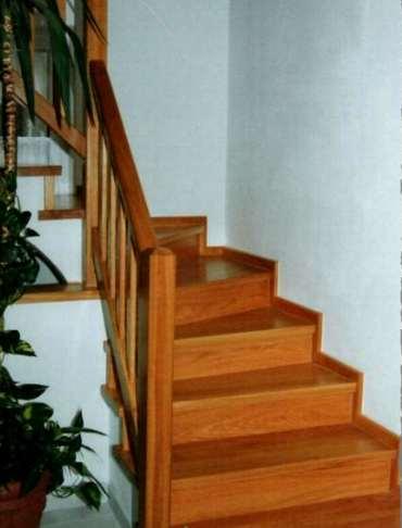 Holztreppe mit Holztreppenverkleidung vom Tischer
